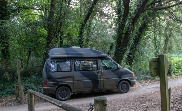 Onze stoere VW T4  Westfalia camouflage bus.