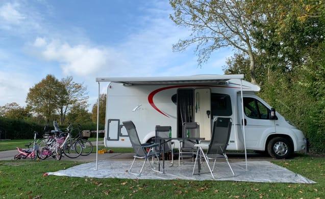 De Ixeo – Neat complete family camper for rent Burstner Ixeo