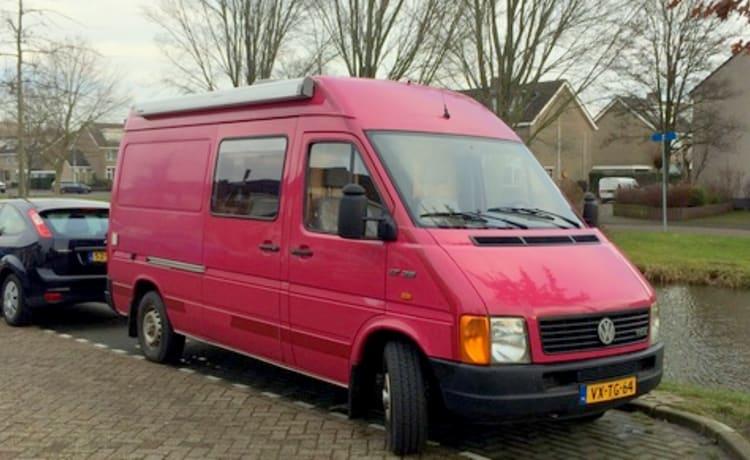 De vrolijke roze – Cheerful pink VW camper