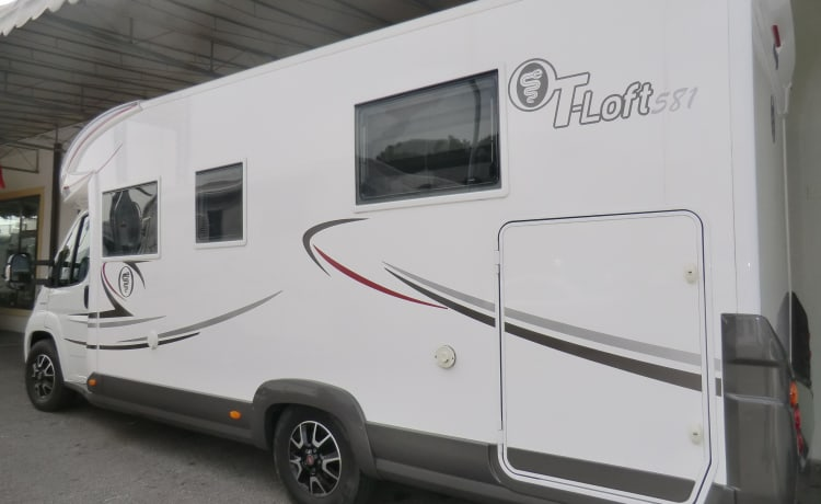 Camper semintegrale – Profiled motorhome with one rear bed