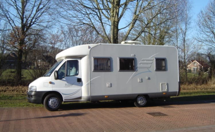 A very complete camper with a spacious travel experience.