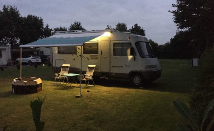 Compact, well-maintained 4 pers. Hymer motorhome with towbar.