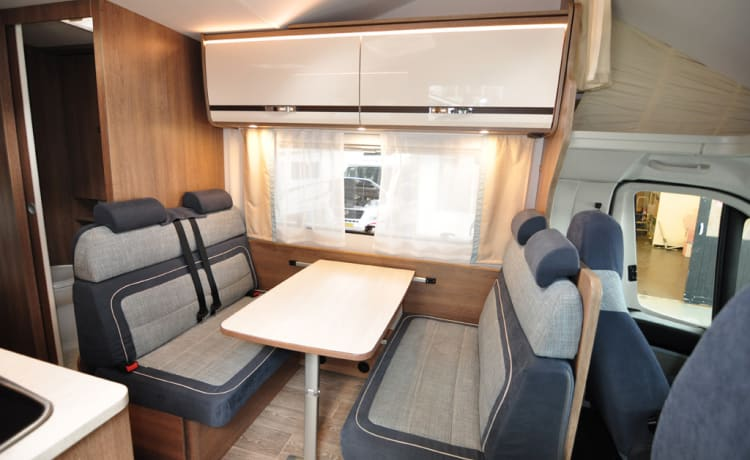 Familie stapelbed (42) – Spacious, luxurious and almost new six-person alcove camper with bunk bed