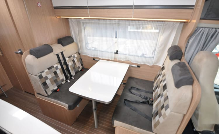 Familie dubbele bedden (6) – Spacious, luxurious and almost new six-person alcove camper with double beds