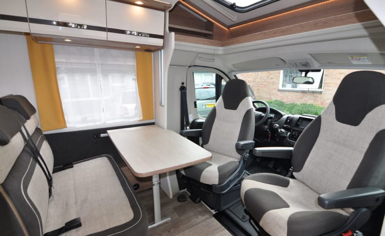 Comfort enkele bedden (27) – Spacious, luxurious and almost new 4-person camper with single beds and fold-out bed