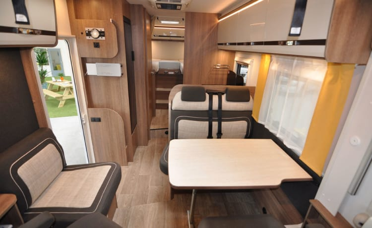 Comfort Plus enkele bedden (38) – Ruime, luxe en bijna nieuwe 4-persoons integraal met enkele bedden + hefbed