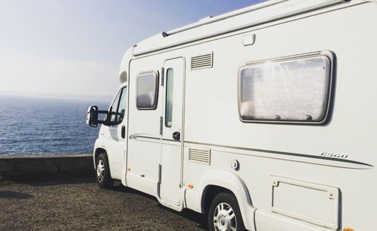 Julia – Heerlijke camper. Comfortabele informele indeling met vast tweepersoonsbed