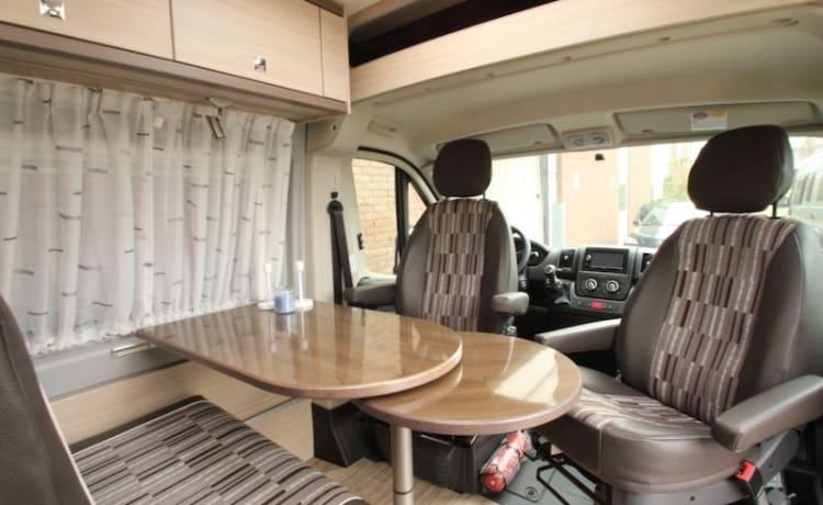 Bus camper compatto con letto matrimoniale e cambio automatico!