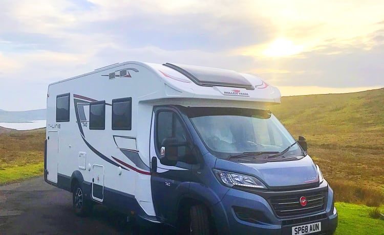 Luxurious 4 Berth Rollerteam T-Line 740