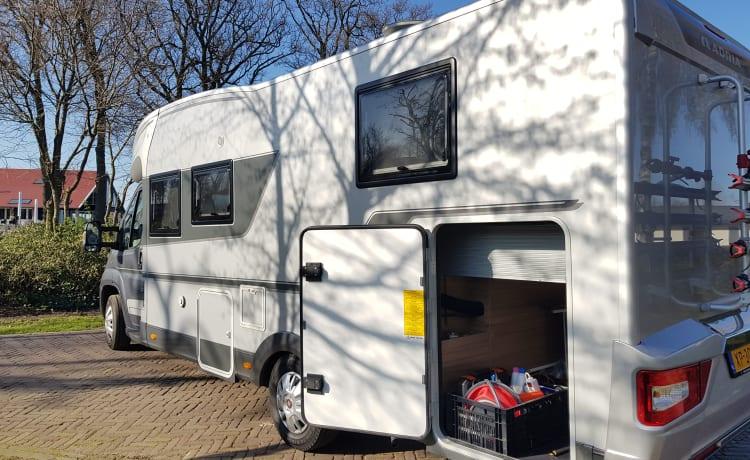 Adriaantje – LUXE  Camper met QUEENSBED 4 pers