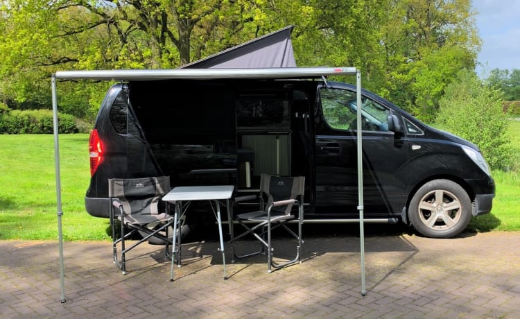 Black Beauty – Wonderfully compact motorhome for 2 people with powerful diesel