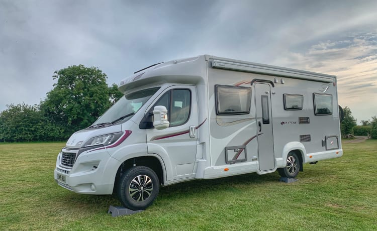 Monty - Luxury Spacious 6 Berth 2019 Camper met opklapbed