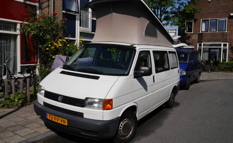 Smooth-running bus camper with five seats and four sleeping places