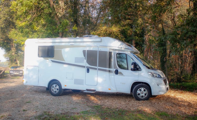 Droomcamper – Luxury & New Camper Carado T339 (Hymer) with Queens bed