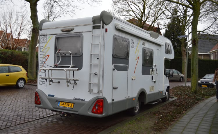 6-person family camper with AIRCO, spacious cross bed and large alcove