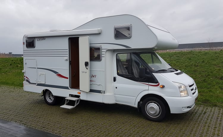 Justin – Beautiful spacious camper with very few kilometers