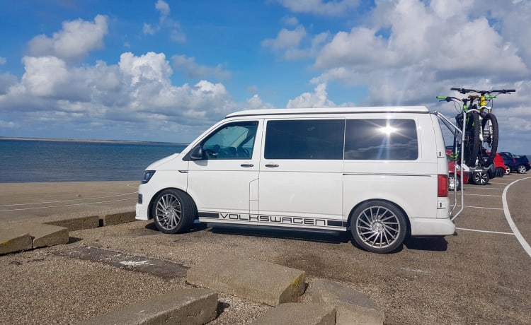 Snow T6 – Snowflake T6  ❄️ VW camper for hire from £100 for off season