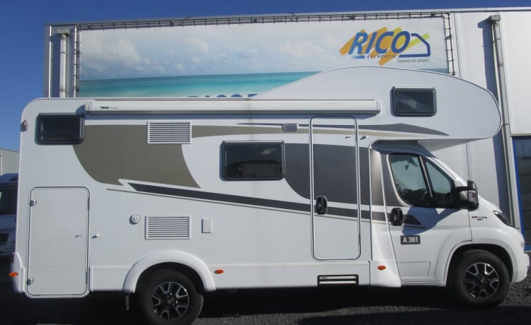 x – With 6 people on holiday in this beautiful camper / CF6