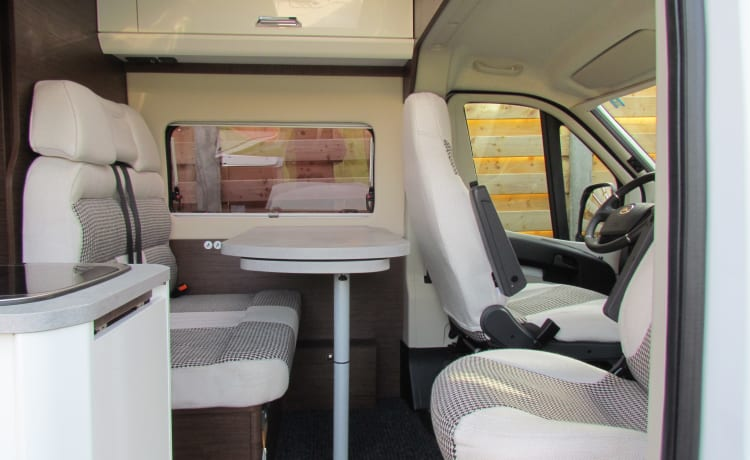 Compact Bus camper for 2 persons and 1 child