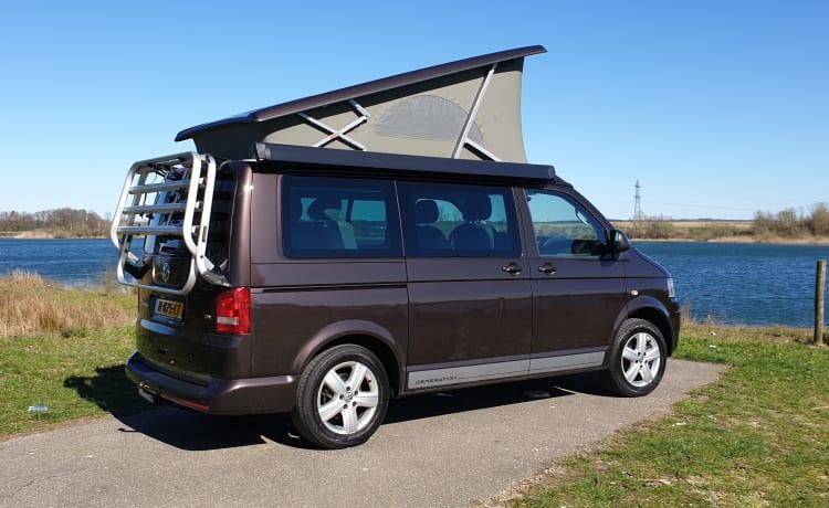 Camper Volkswagen T5 California Bus con tetto a soffietto.