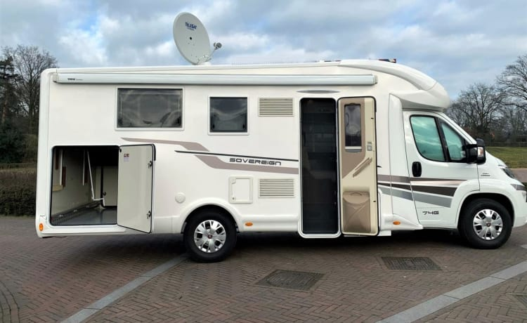 luxury spacious camper, freedom-happiness No camping required: Self Supporting
