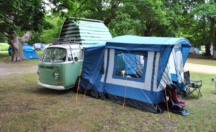 Green Gilbert – Charming, classic VW Bay window Dormobile camper for rent