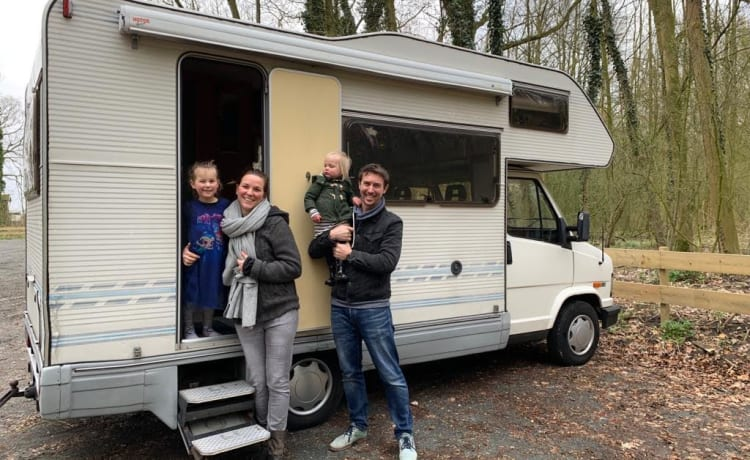 Avontuur – Complete and self-sufficient - Old motorhome for a young family with bunk beds