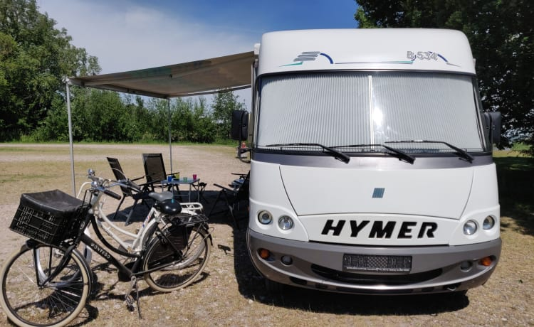 Neat and comfortable 5-person Hymer with round seat with air conditioning *