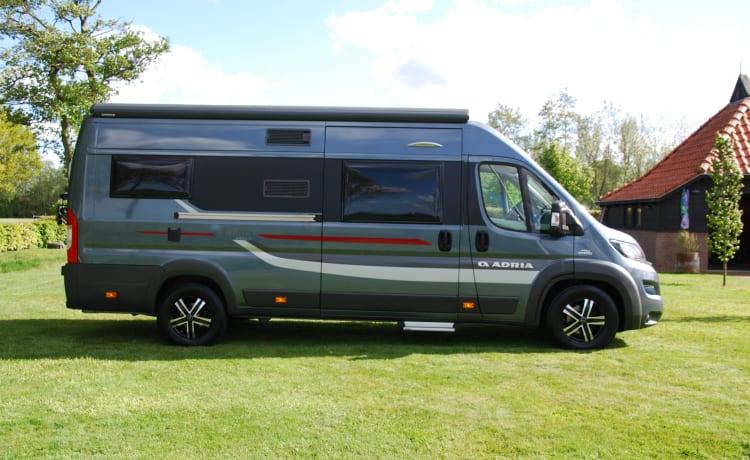 Camper bus robusto e autosufficiente con letti di lunghezza (Adria Twin 640 SLX)