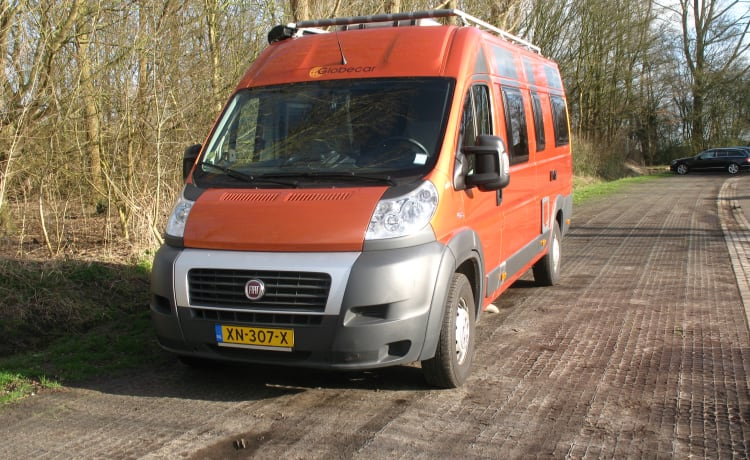 Globecar CampScout, 2 length beds, 4 seats