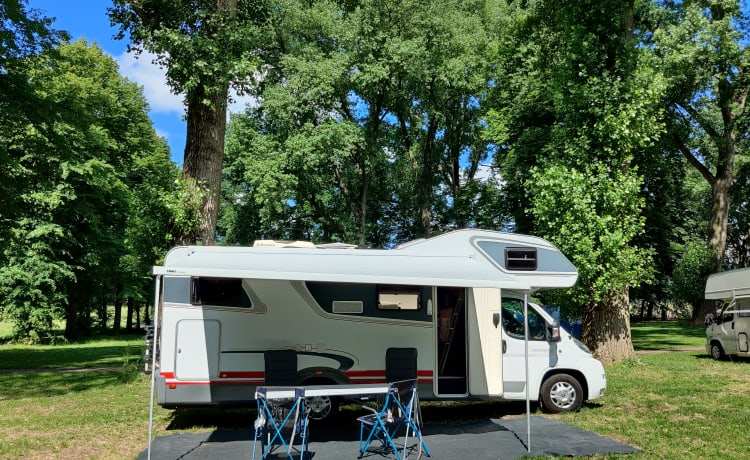 Complete 4-5-6 pers. family camper with air conditioning