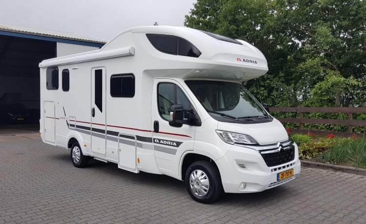 XL camper – Very spacious XL camper with air conditioning in the living area
