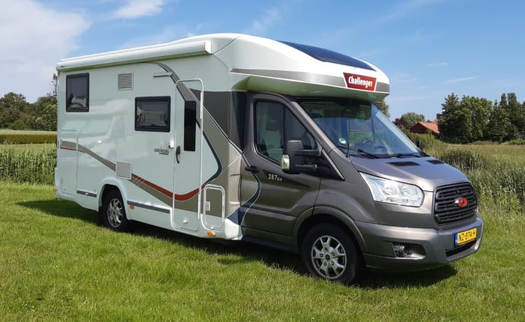 Challenger – Beautiful Comfortable Camper 170 hp (2-4 persons)