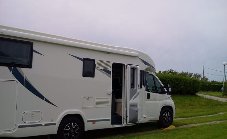 Mobiblo – Comfortable and well-equipped Spacious camper with large bedroom.