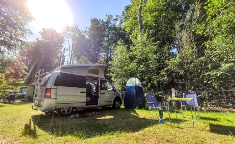 Solid off-grid Mercedes lifting roof camper