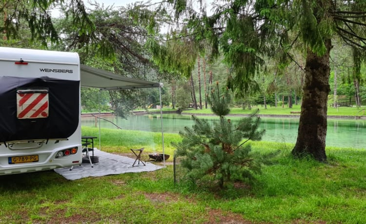 Ruime familie Camper – Very neat Weinsberg (Knaus) 6 person camper for rent.