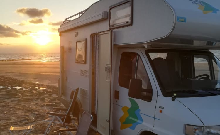 nooitgedacht – Beautiful compact alcove camper with bicycle rack, camper is as new, 120000 km
