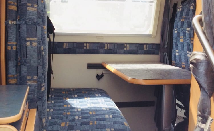 Compact bus camper with 2x dinette or a double bed