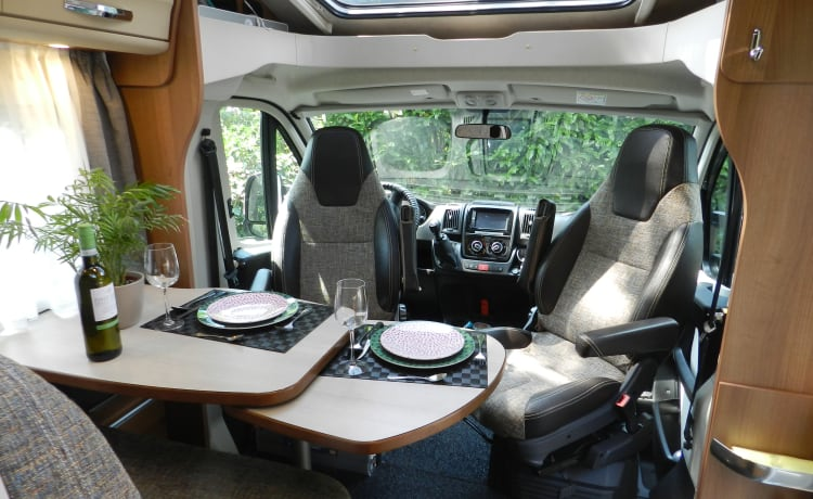 COMPLETELY FURNISHED AND SELF-EQUIPPED CAMPER WITH MANY OPTIONS, BJ 2018