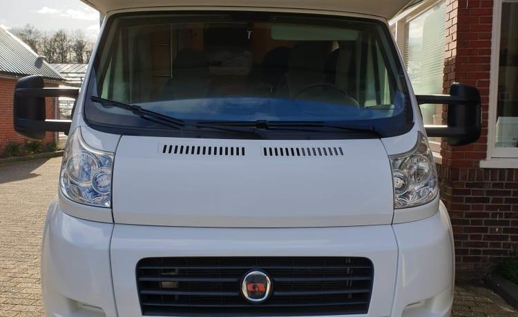 Voor avontuurlijk ingestelde gezinnen – Camper di lusso per famiglie Adria Sport A660 DP per 4, 5 o 6 persone