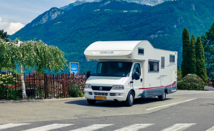 Reliable family camper with a powerful 2.8 motor and large awning