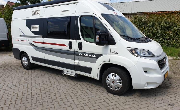 Adria Sport600, 4 zit- 2 slaapplaatsen.