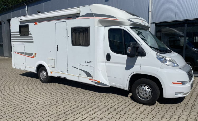 Hymer Carado T448 with long beds, very suitable for tall people