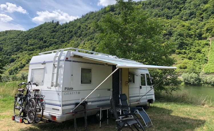 Ons 2e huisje – Spacious integral camper automatic with air conditioning