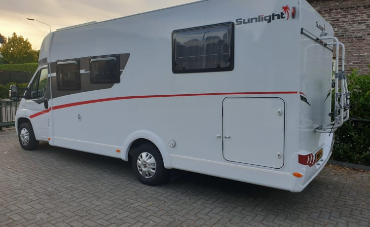 Luxe Sunlight  – Beautiful richly equipped Camper, very fresh and very young.
