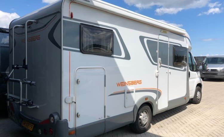 Weinsberg – Cozy family camper with 4 seats and 4 sleeping places