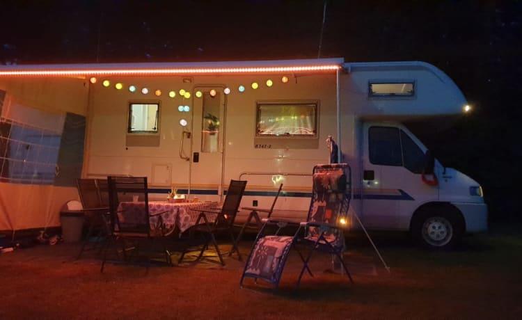 """Gigantesco camper familiare spazioso """"il boeing tra i campeggiatori"""""""