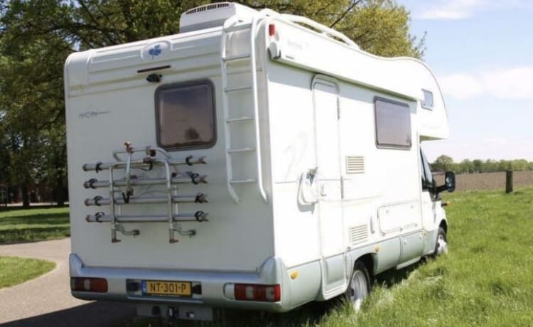 nette camper van Ahorn op een Ford Transit