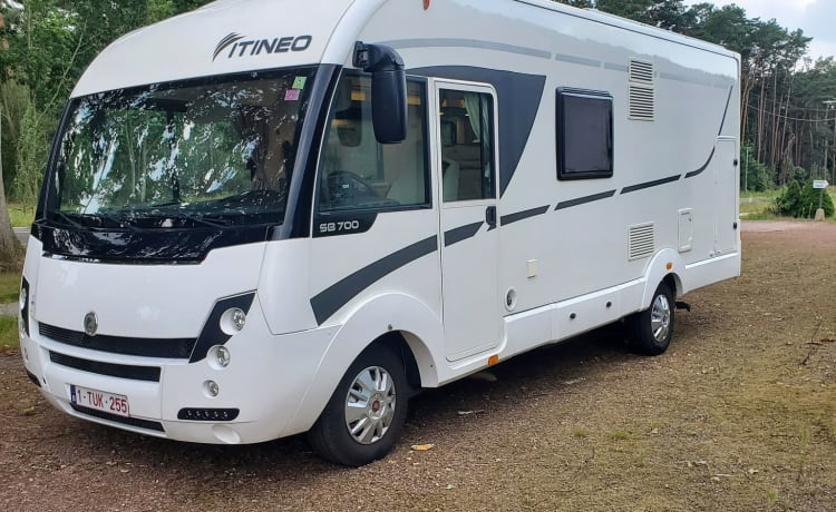 Affordable cozy itineo integral luxury family camper!