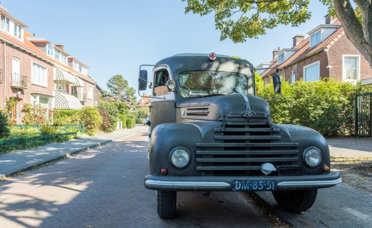 Ford Keulen – Lounging and spending the night in a classic car